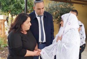 מפגש מרגש, שתי האמהות דבורה ונדיה עם ראש העיר יאיר רביבו.צילום.דוברות העירייה.