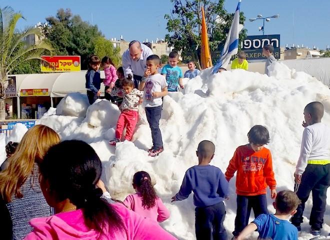 ילדי לוד בשלג.צילום דוברות העירייה.