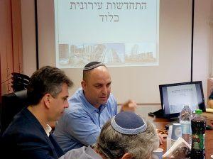 חכ אלי כהן וראש העיר יאיר רביבו בדיון לקידום התחדשות עירונית בלוד.צילום באדיבות דוברות העירייה