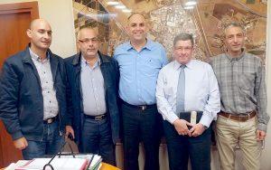 מנכל הדואר דני גולדשטיין (שני מימין) עם ראש העיר יאיר רביבו וחכ אוסאמה סעדי (שני משמאל).צילום דוברות העירייה
