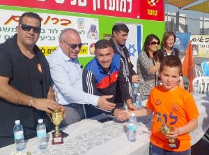 מקסים לוי הנכד, מקבל את גביע המקום השלישי.צילום דוברות העירייה