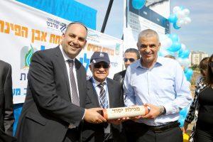 שר האוצר משה כחלון וראש העיר יאיר רביבו עם מגילת היסוד להקמת הפרויקט החדש.צילום דוברות עיריית לוד