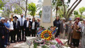 השרה גילה גמליאל וראש העיר יאיר רביבו עם הוטרנים עטורי המדליות.צילום דוברות העירייה
