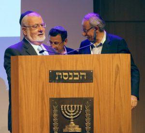 הרב עמאר נושא דברים מעל דוכן הכנסת.צילום דוברות העירייה