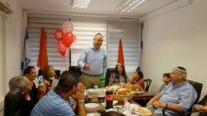 יאיר רביבו עם הוריו רעייתו וילדיו.צילום דוברות העירייה