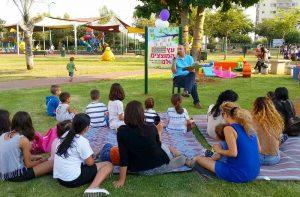 יאיר רביבו מקריא בפני הילדים את הספר עץ המוצצים. צילום: דוברות עיריית לוד.