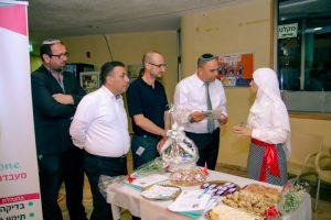 ראש העיר יאיר רביבו ומנכל פרזנטנס - גיא שפיגלמן בהשקת מיזמים במרכז הצעירים בלוד צילום מיקי דלי