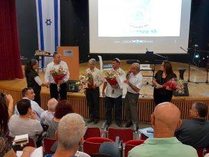 קברניטי החינוך בלוד במפגש עם מנהלי בתי הספר מעניקים פרחים למנהלים החדשים.צילום דוברות העירייה