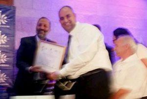 שר הפנים אריה דרעי מעניק לראש העיר את תעודת הפרס.צילום דוברות עיריית לוד