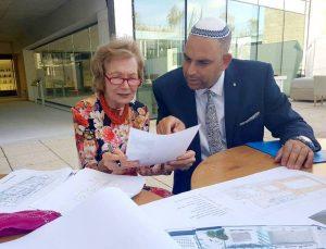 בתמונה: ראש העיר,  יאיר רביבו בפגישה עם התורמת שלבי וויט בשבוע שעבר, עוברים על התוכניות האחרונות.צילום דוברות עיריית לוד