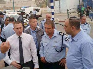 בסיור בלוד עם השר לביטחון פנים גלעד ארדן ומפקד המחוז ניצב מוטי כהן.צילום דוברות עיריית לוד