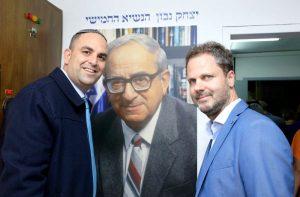 רביבו ונבון הבן על רקע תמונתו של יצחק נבון, הנשיא החמישי של ישראל.צילום דוברות העירייה