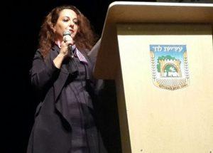 אפרת אברהם, יועצת ראש העיר למעמד האישה מברכת את המעמד.צילום דוברות עיריית לוד