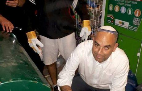 ראש העיר יאיר רביבו מחפש אוצרות בפחי אשפה