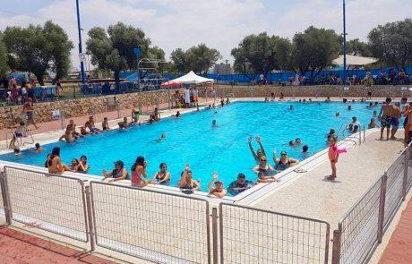 """מאות מתושבי לוד חגגו """"שישי שמח"""" בבריכת השחייה העירונית"""