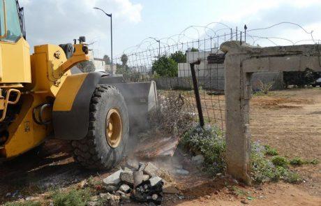 מפקחי רשות מקרקעי ישראל פינו מבנה פח שהוצב על קרקע בבעלות המדינה