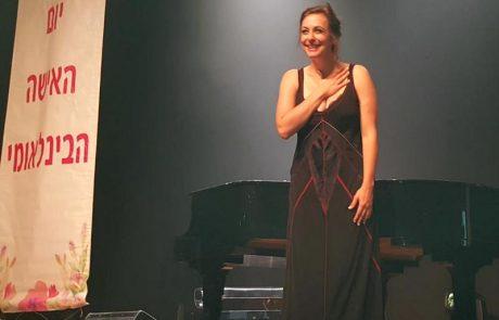 קרן פלס במופע פסנתר לכבוד נשות לוד