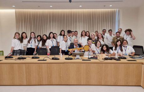 מפתח העיר לוד נמסר למועצת הנוער במסגרת 'יום חילופי שלטון'