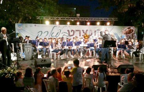 """700 נגנים מתוכנית """"עיר מנגנת"""" בלוד בהופעה בפארק גנדי בעיר"""