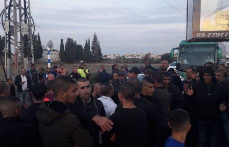 מאות תושבים מהמגזר הערבי חוסמים את צומת הכניסה לגני אביב במחאה על הרס בתים