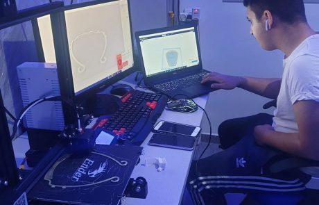 תלמיד חיוני: בן ה-16 שמייצר בהתנדבות מסכות לכוחות הביטחון באמצעות מדפסת תלת מימד