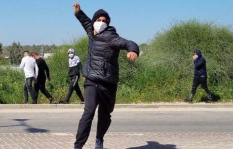 ראשוני | מטרים מתחנת הרכבת לוד: צעירים ערבים משליכים אבנים על מכוניות