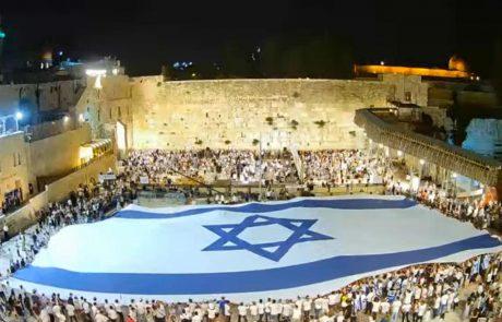 """גאווה: צפו בתלמידי המכינה הקד""""צ מלוד פורסים את דגל ישראל הגדול ביותר בעולם"""