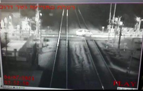 צפו: נהג הרכב השתולל ונתקע על מסילת הרכבת רמלה-לוד
